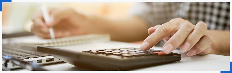 Osoba korzystająca z kalkulatora